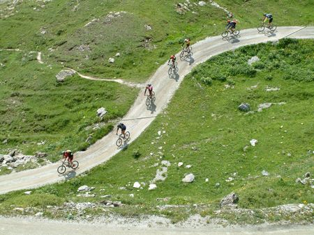 Mountain bikers crossing the mountains Imagens