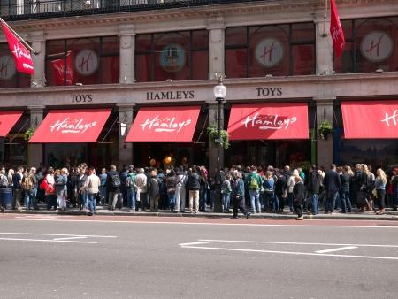 toy shop: LONDRA - 22 aprile I clienti aspettano in fila di fronte al negozio di giocattoli Hamleys in Regent Street a Londra per poter aprire le sue porte il 21 apr 2012 flagship store Hamleys a Londra � il mondo