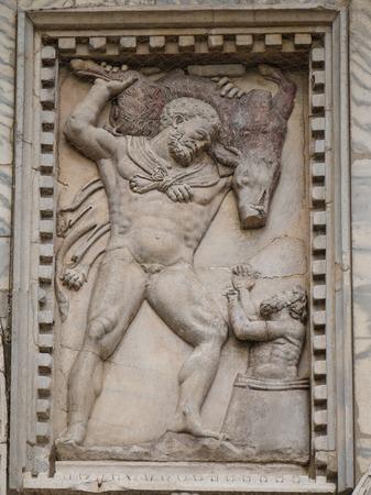 Ercole e il cinghiale di Erimanto bassorilievo sulla facciata della Basilica di San Marco a Venezia Archivio Fotografico - 25876340