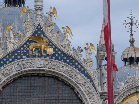 leon alado: Detalles de la fachada de la Catedral de Venecia - Bas�lica de San Marcos - que muestran el le�n alado de Venecia y los �ngeles con alas de oro