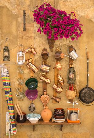 objetos de la casa: Ollas y sartenes y otros objetos de la casa en la pared
