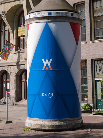 feestelijke opening: Reclamezuil in de stad Amsterdam is versierd met het logo van de nieuwe Nederlandse koning Willem-Alexander op de dag van zijn inauguratie