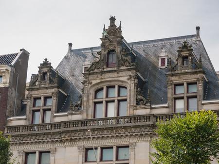 canal house: AMSTERDAM, Paesi Bassi - 6 settembre 2013: Facciata della casa sul canale in stile rinascimentale francese, dal 1900 in uso come un edificio per uffici. Il quartiere dei canali di Amsterdam � un sito patrimonio mondiale dell'Unesco
