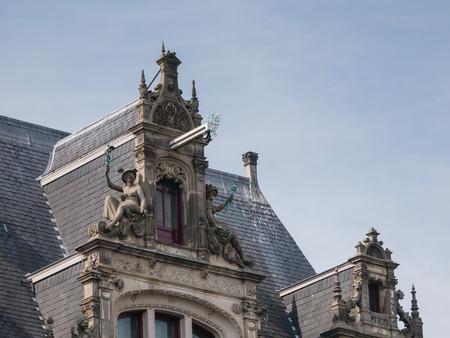 canal house: AMSTERDAM, Paesi Bassi - 6 settembre 2013: Dettagli di una casa sul canale in stile rinascimentale francese, dal 1900 in uso come un edificio per uffici. Il quartiere dei canali di Amsterdam � un patrimonio mondiale dell'Unesco