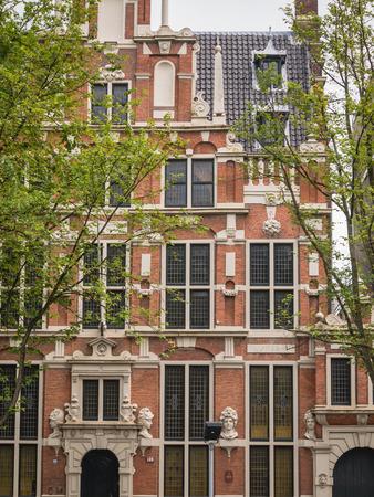 canal house: AMSTERDAM, Paesi Bassi - 6 settembre 2013: la grande casa sul canale Keizersgracht su chiamata 'House con i responsabili' del 17 � secolo. Le teste rappresentano divinit� romane. Il quartiere dei canali � un patrimonio mondiale dell'Unesco
