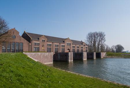 De historische Woudagemaal uit 1920 is het grootste in zijn soort ooit gebouwd en is nog steeds in bedrijf Het pompt overtollig water weg in de provincie Friesland Redactioneel
