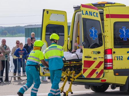 ALMERE, NEDERLAND - 12 april 2014: Medische diensten aan het werk in een vastgesteld noodsituatiescène tijdens de eerste National Security Day gehouden in het centrum van Almere