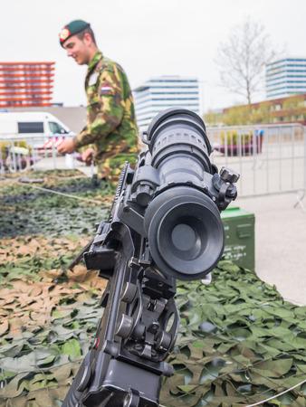 machine-gun: ALMERE, NEDERLAND - 12 april 2014: Machinegeweer zoals gebruikt door de Nederlandse militairen te zien tijdens de eerste National Security Day gehouden in het centrum van Almere