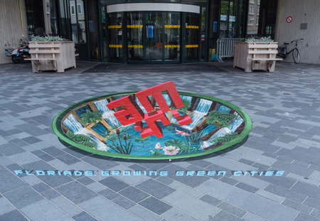 アルメレ、オランダ - 2014 年 6 月 22 日: アルメレの市内の路上で開催されたストリート アート スティート芸術祭中に 3 D の錯覚の力を示す
