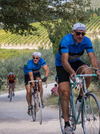 가이아, IN CHIANTI - 5 OCT. 2014 년 : 미확인 된 L' Eroica 참가자, 토스카나 지방을 통해 빈티지 의류를 타고 여행하는 빈티지 자전거 주인을위한 touristic 및