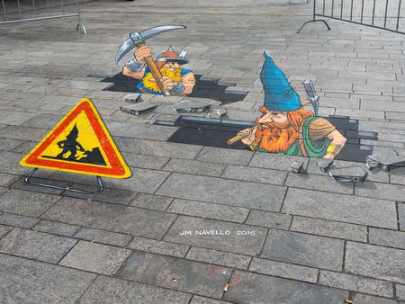 gnomos: Almere, Holanda - 24-OCT-. 2017: Calle arte de gnomos rompen a través de la calle por un artistas desconocidos muestra el poder de la ilusión óptica 3D en Almere.