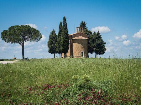 Chapel of Capella di Vitaleta in the Tuscan landscape of the Val dOrcia 写真素材