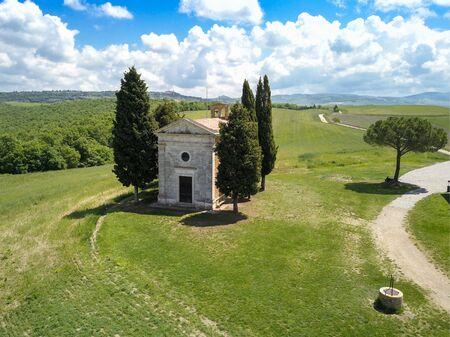 Aerial of chapel of Capella di Vitaleta in Tuscan Val dOrcia Banque d'images