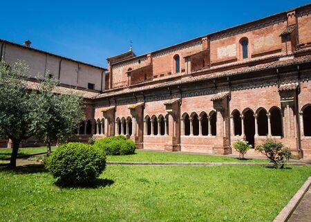 Courtyard of the Abbazia di Chiaravalle della Colomba near Piacenza, Italy Banque d'images