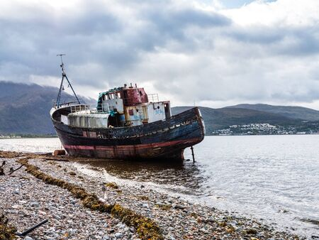 Shipwrecked fishing boats on the Scottish isle of Mull Banque d'images