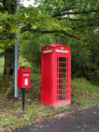 Traditional red telephone and post box in UK Banque d'images