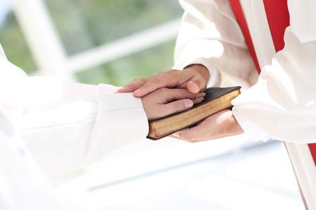 花嫁および新郎と牧師 写真素材