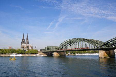 Kathedrale und Hohenzollern-Brücke - CologneKöln, Deutschland  Lizenzfreie Bilder