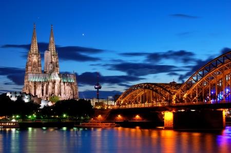 Cathedral and Hohenzollern Bridge -  Cologne/Köln, Germany Standard-Bild - 8667900