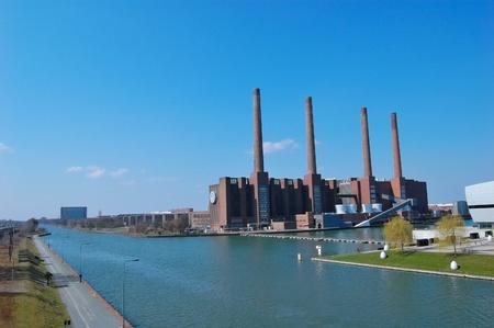 Mittellandkanal und Heizkraftwerk - Wolfsburg, Deutschland Standard-Bild - 9102057