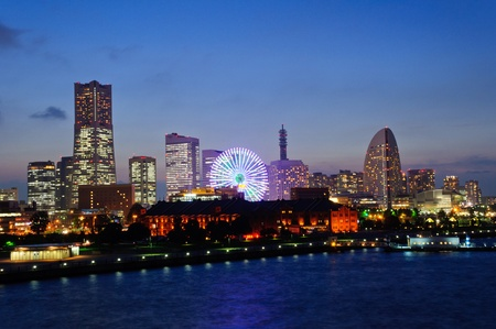 Minato Mirai 21 in der Abenddämmerung in Yokohama, Japan Standard-Bild
