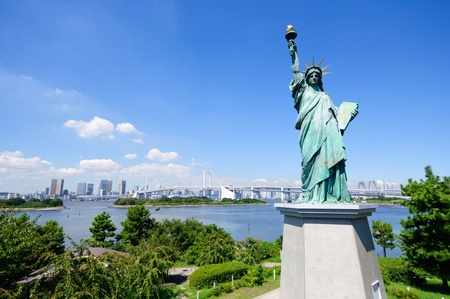 Statue of Liberty and Tokyo Skyscrapers view from Odaiba Standard-Bild