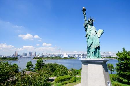 Statue of Liberty und Tokio Wolkenkratzer sehen von Odaiba