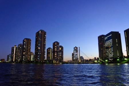 Rivercity 21 in der Abenddämmerung in Tokyo