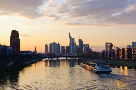 Frankfurt am Main, Deutschland in der Abenddämmerung
