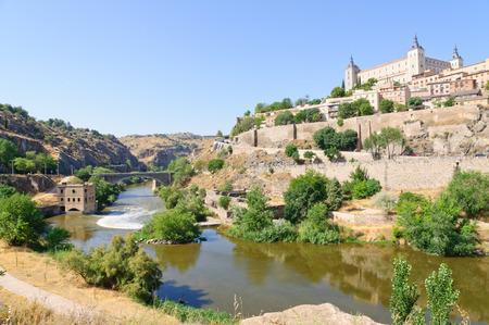 Die Alczar und der Tejo-Fluss in der historischen Altstadt von Toledo in Spanien Lizenzfreie Bilder