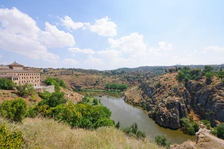 Der Tejo durch die historische Stadt Toledo in Spanien fließt Lizenzfreie Bilder