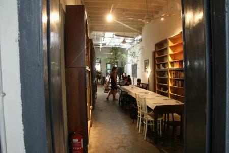 本棚とカフェ