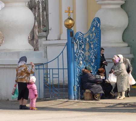 limosna: Oldsters pedir limosna al lado de la entrada en la iglesia ortodoxa Editorial