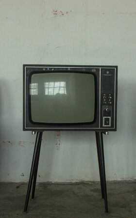 Old Television with 4 legs in the corner of vintage room. 版權商用圖片
