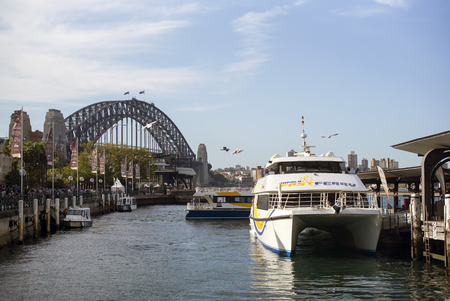 SYDNEY, AUSTRALIA - Sept 14, 2015 - Ferry cruise boats at Harbour Bridge 新聞圖片