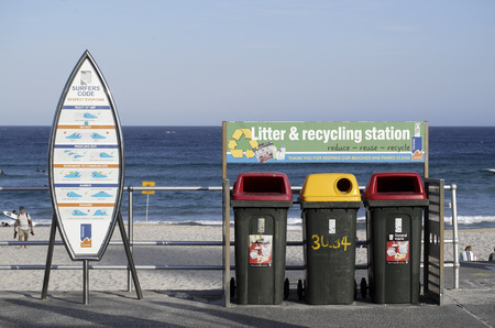 letreros: SYDNEY, AUSTRALIA - de sept 14 de, el a�o 2015 - Letreros y papeleras de reciclaje en la playa de Bondi.