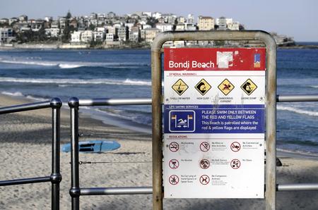 letreros: SYDNEY, AUSTRALIA - de sept 14 de, el año 2015 - Letreros y papeleras de reciclaje en la playa de Bondi.