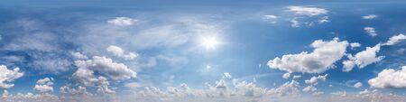 Vista de ángulo de 360 grados de panorama hdri de cielo azul nublado transparente con cenit y hermosas nubes para usar en gráficos 3d como domo del cielo o editar tiro de drone
