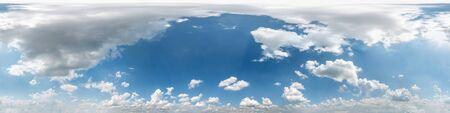 Vista de ángulo de 360 grados de panorama hdri de cielo azul nublado transparente con hermosas nubes con cenit para usar en gráficos 3d como domo del cielo o editar tiro de drone