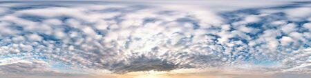 cielo azul con hermosas nubes impresionantes. Vista de ángulo de 360 grados de panorama hdri sin costuras con cenit para usar en gráficos 3D o desarrollo de juegos como domo de cielo o editar tomas de drones Foto de archivo