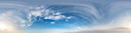 cielo azul con nubes con sol de la mañana. Vista de ángulo de 360 grados de panorama hdri sin costuras con cenit para usar en gráficos 3D o desarrollo de juegos como domo de cielo o editar tomas de drones Foto de archivo