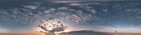dunkelblauer himmel vor sonnenuntergang mit wunderschönen wolken. Nahtloses HDR-Panorama 360-Grad-Winkelansicht mit Zenit für die Verwendung in 3D-Grafiken oder Spieleentwicklung als Himmelskuppel oder Bearbeiten von Drohnenaufnahmen