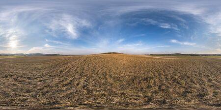 Vollständig nahtloses sphärisches HDR-Panorama 360-Grad-Winkelansicht zwischen Feldern am Frühlingsabend mit fantastischen Wolken in äquirektangulärer Projektion, bereit für VR AR Virtual-Reality-Inhalte