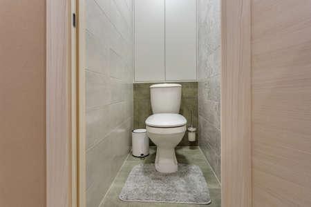 white ceramic toilet bowl in restroom Stockfoto