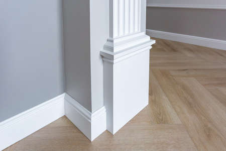 Detail of corner flooring with intricate crown molding. Stockfoto