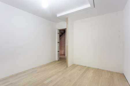 Empty unfurnished room with minimal preparatory repairs. interior with white walls Banque d'images