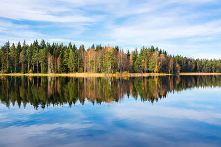 Autumn view of Liesjarvi National Park and The Lake Kyynara, Tammela, Finland Standard-Bild