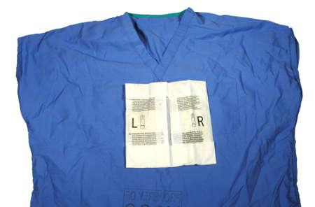 Scrub top met open pakket van steriele handschoenen