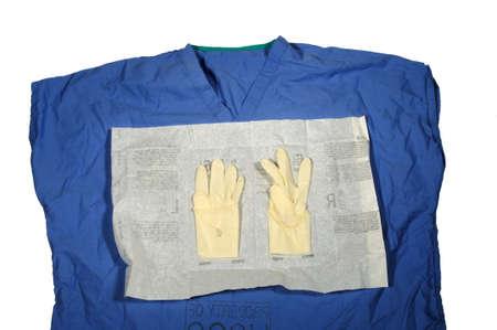 Scrub top met open steriele handschoenen