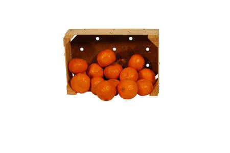 Doos met sinaasappelen op de romp met witte opdruk ruimte Stockfoto